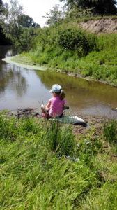 Kind am Fluss
