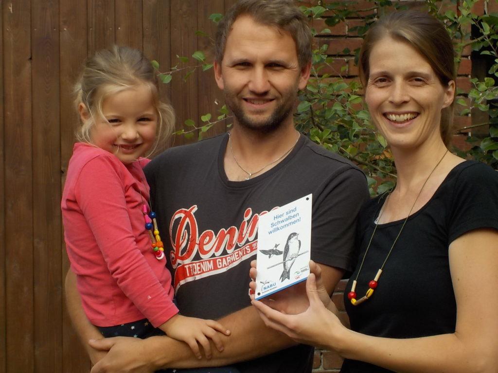 Familie Baumhoer erhält Auszeichnung Schwalbenfreundliches Haus
